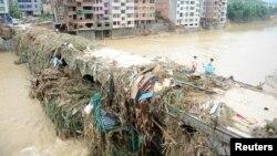 지난달 태풍 '네파탁'이 중국 푸젠성 푸저우를 강타한 직후 주민들이 파괴된 교량 위를 걷고 있다. (자료사진)