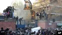 Masu zanga zanga a ofishin jakadancin Britaniya dake birnin Tehran nan Iran.