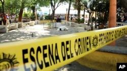 El cuerpo del periodista Federico Salazar permanecía cubierto en el parque central de Mazatenango, en Guatemala.