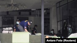 Polisi memeriksa lokasi ledakan bom di dalam kedai kopi Starbucks di Jl. MH Thamrin, Jakarta Pusat, 14 Januari 2016.