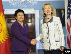 Roza Otunbayeva va Xillari Klinton Davlat departamentidagi muzokara ketidan, 8 mart 2011