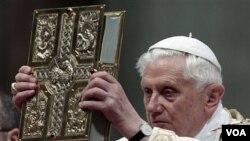 Paus Benedictus XVI dalam persembahan Misa di St. Peter's Basilica, Vatikan (23/4).