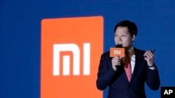 资料照片:小米创始人、董事长兼首席执行官雷军在香港举行的新闻发布会上发表讲话。(2018年6月23日)