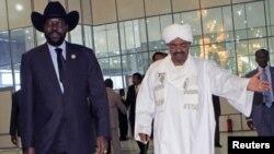 Rais wa Sudan Kusini Salva Kiir (L) akiwa na Rais wa Sudan Omar al-Bashir