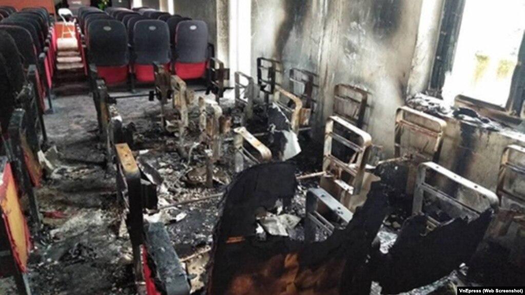 Nhiều tài sản trong hậu trường UBND xã Hậu Lộc bị thiêu hủy.