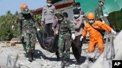 Nhân viên cứu nạn mang thi thể của một nạn nhân ra khỏi đống đổ nat sau động đất ở Bắc Lombok, Indonesia, 7/8/2018