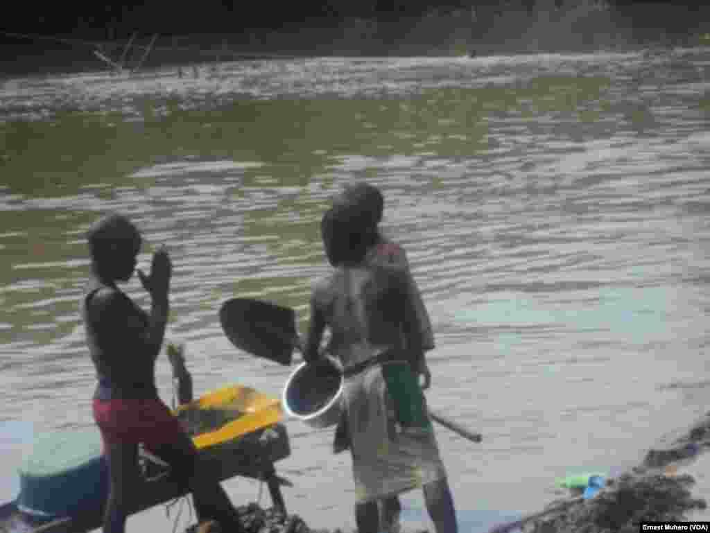 Les enfants sont à la recherche de l'or à Shabunda, en RDC, le 23 mars 2017. (VOA/Ernest Muhero)