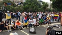 Venezolanos continuaron hoy las protestas contra el gobierno de Nicolás Maduro. Foto: Álvaro Algarra/VOA