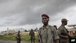 支持瓦塔拉的军队周日守卫在阿比让的一条路上