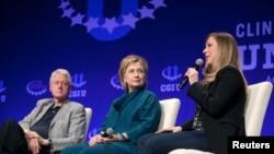 지난 2014년 클린턴 재단 산하기관 '클린턴 글로벌 이니셔티브' 행사에서 발언하고 있는 클린턴 일가. 왼쪽부터 빌 클린턴 전 미국 대통령, 힐러리 클린턴 민주당 대통령 후보, 딸 첼시. (자료사진)