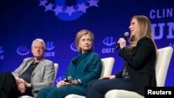 克林顿一家在亚利桑那州立大学的2014年克林顿国际主创学院发言。有人说,克林顿基金会体现了这位民主党总统候选人的利益冲突。(资料图片)