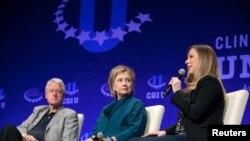 Les Clinton - Bill, Hillary et sœur Chelsea - parlent à l'université de l'Arizona, 22 mars 2014