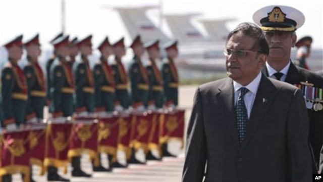 Pakistan's President Asif Ali Zardari, foreground right, walks upon arrival at Moscow airport on Wednesday, May 11, 2011