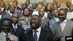 Ông Laurent Gbagbo (giữa) chụp hình với tân nội các tại Abidjan, ngày 7/12/2010. Các nhà lãnh đạo vùng Tây Phi đang hối thúc ông Gbagbo rời khỏi chức vụ tổng thống của Cote D'Ivoire để nhường chỗ cho cựu thủ tướng Ouattara