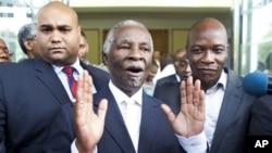 Presiden Afrika Selatan Thabo Mbeki (tengah) mengajukan proposal untuk menengahi konflik kedua Sudan.