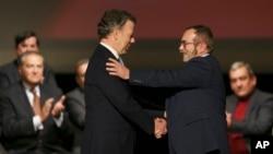 Tổng thống Colombia Juan Manuel Santos (bên trái, phía trước) bắt tay ông Rodrigo Londono, thủ lĩnh Lực lượng nổi dậy cách mạng Colombia (FARC) ngày 24/11/2016.