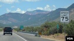 Əhalinin seyrək olduğu bir çox ştatlarda sürət limiti saatda 75 mil – 121 kilometrdir.