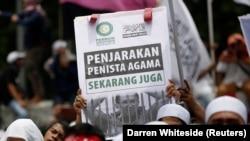 Kelompok-kelompok Islamis Indonesia melakukan aksi unjuk rasa di luar gedung DPR meminta pemberhentian Gubernur DKI, Basuki Tjahaja Purnama, Mereka juga meminta pengadilan memvonisnya atas penistaan agama, Jakarta, 21 Februari 2017. (Foto: REUTERS/Darren Whiteside)