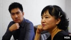 霍先生和他的母亲接受美国之音采访。