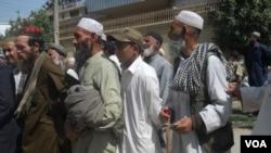 مهاجران افغان در پاکستان می گویند که به دلیل انقضاء معیاد کارت اقامت شان، آنان با آزار و اذیت پولیس مواجه اند.