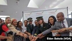 La compagnie aérienne Ethiopian Airlines a effectué un vol d'Addis Abeba à Washington avec un équipage entièrement féminin, le 8 mars 2020. (Eden Bekele/VOA)
