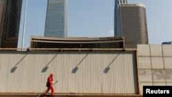 一名工人走過北京商務中心區的街頭。(2020年4月17日)