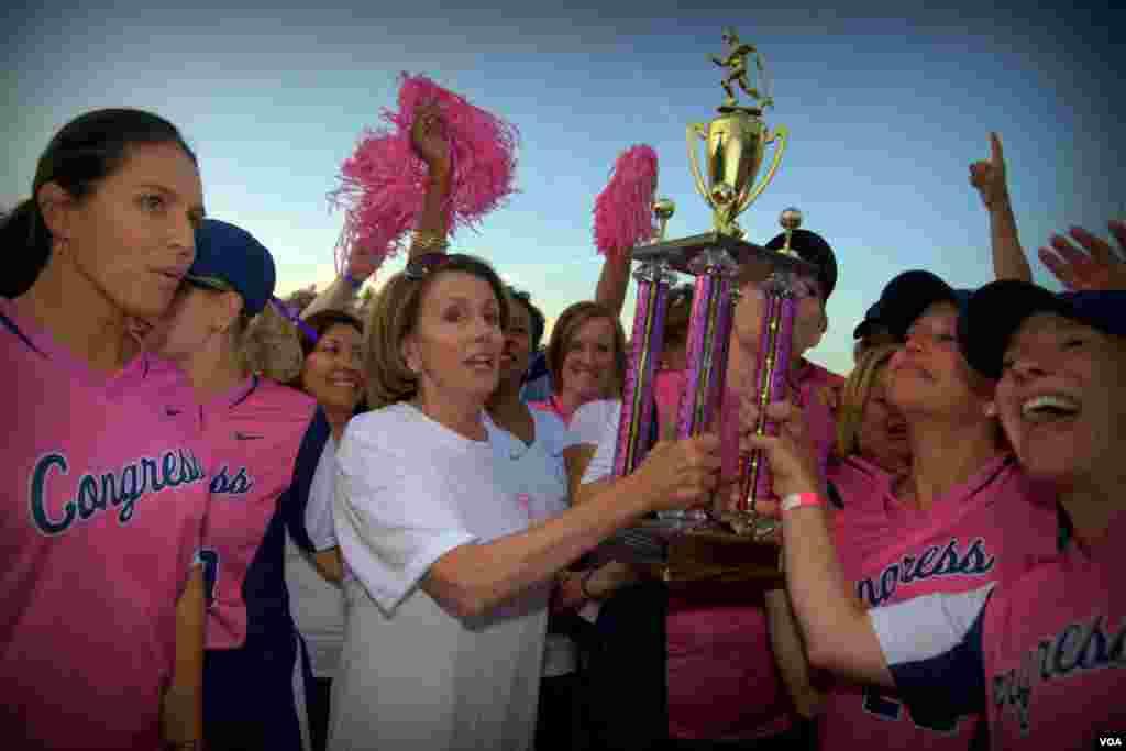 Нэнси Пелоси, лидер демократов в Палате представителей, приветствует победителей – команду по софтболу