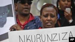 Warundi wanaoishi nje ya Burundi wakimtaka Rais Pierre Nkurunziza kuachia madaraka.