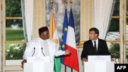Le président nigérien Mahamadou Issoufou et le président français Emmanuel Macron donnent une conférence de presse conjointe après leur rencontre à l'Elysée à Paris, le 4 juin 2018.