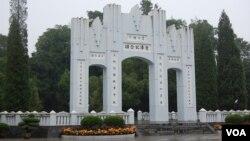 2010年修复的受降纪念坊(美国之音林森拍摄)