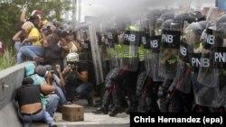 Người biểu tình đối lập đụng độ với cảnh sát ở thủ đô Caracas, Venezuela, ngày 7/6/2016.