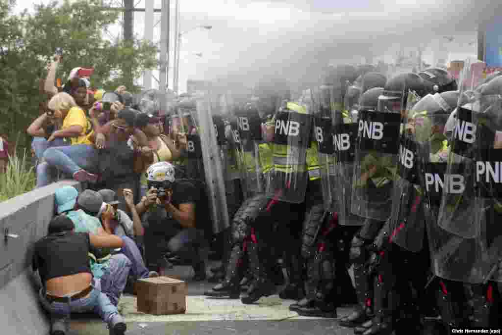 Venezuelan opposition supporters clash with police during a demonstration in Caracas, 07 June 2016.