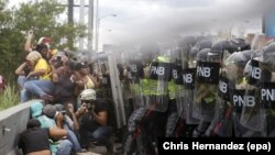 Venezuelan opposition supporters clash with police during a demonstration in Caracas, Venezuela. (June 7, 2016)