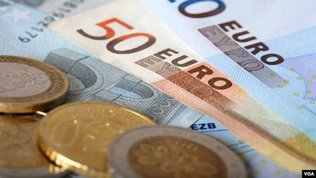 Triển vọng của 17 nước thành viên khu vực đồng euro cũng được xét lại là sụt giảm.