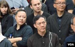 香港大學法律系副教授戴耀廷(左一)。(美國之音湯惠芸攝)