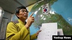 지난해 10월 '북한동포직접돕기운동' 대북풍선단장 이민복 씨가 자택에서 전단살포 방법을 설명하고 있다. (자료사진)