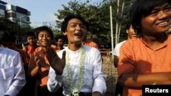 在仰光,被新政府大赦的学生活跃人士在监狱外欢庆自由(2016年4月17日)