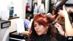 Di salon pengeringan dan penataan rambut, penata rambut tidak menggunting atau mencat rambut, tetapi mencuci, mengeringkan dan menatanya agar terlihat mempesona (foto: Dok).
