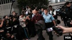 香港民主黨創黨主席李柱銘自願被警察拘捕,表示承擔責任,完成公民抗命 (美國之音湯慧芸拍攝)