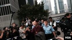 香港民主党创党主席李柱铭自愿被警察拘捕,表示承担责任,完成公民抗命 (美国之音汤慧云拍摄)