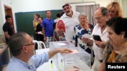 Cử tri đi bỏ phiếu tại Rincon de la Victoria, ngày 26/6/2016.