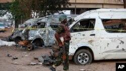 一名军人走在尼日利亚阿布贾公共汽车站的爆炸现场。(2014年4月14日)