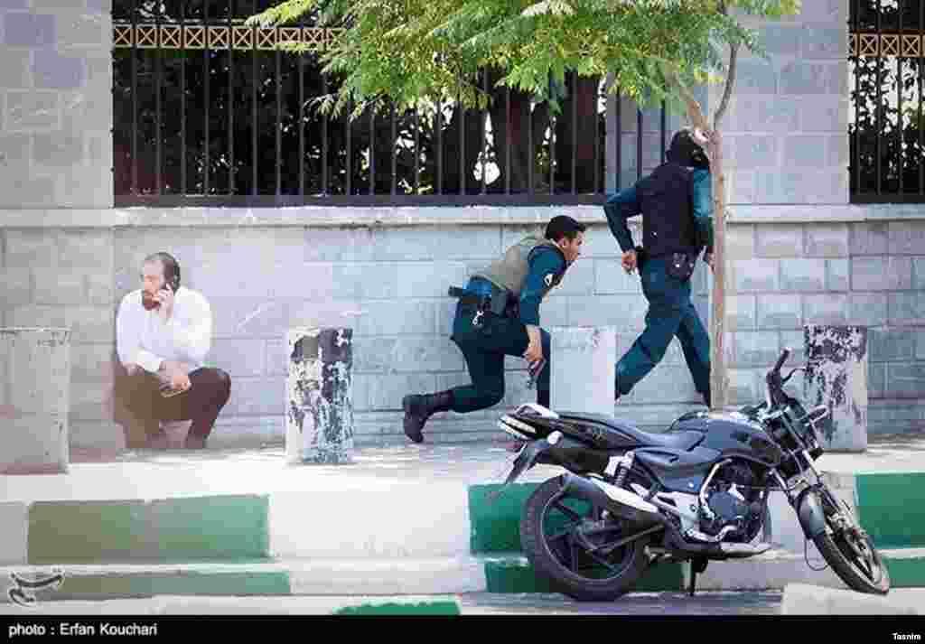 عکسی از حمله تروریستی در تهران. گروگانگیری در مجلس چند ساعت ادامه داشت.