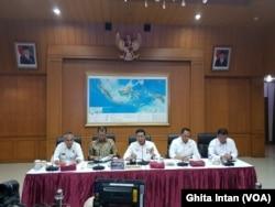 Menkopolhukam Wiranto dan pihak Kementerian Lembaga terkait dalam konferensi pers terkait Pengendalian Karhutla 2019, di kantor Kemenkopolhukam, Jakarta, Rabu, 21 Agustus 2018. (Foto: VOA/Ghita).
