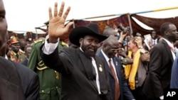 Rais wa Sudan Kusini Salva Kiir akiwapungia mkono wananchi.