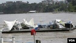 Sebuah restoran mengapung, Drift Cafe, yang hancur karena banjir hanyut di Sungai Brisbane, Rabu, 12 Januari 2011.