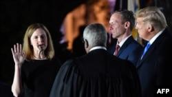 Amy Coney Barrett bën betimin ndërsa Presidenti Trump ndjek ceremoninë