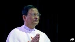 Kardinal Myanmar yang baru ditunjuk, Charles Maung Bo, berdoa dalam misa di sekolah misionari St. Paul di pinggir kota Yangon, Myanmar (5/1). (AP/Gemunu Amarasinghe)