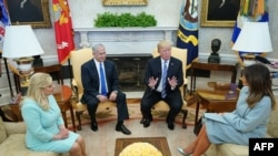 Le président américain Donald Trump rencontre le Premier ministre israélien Benjamin Netanyahu et son épouse Sara en présence de la première dame Melania Trump à la Maison Blanche le 5 mars 2018 à Washington, DC.