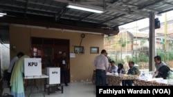 Warga di RW 014, Bintara Jaya, Bekasi Barat, memberikan suara di TPS dalam pilkada serentak Rabu (27/6) (foto: Fathiyah Wardah/VOA)